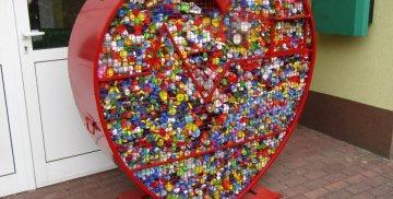 Zdjęcie przedstawia pojemnik na nakrętki w kształcie serca