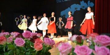 Tańczące dzieci za kwiatami róż